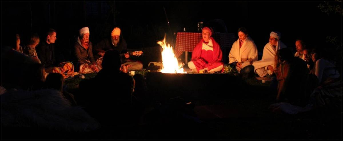 Yoga und Vollmond Meditation am Lagerfeuer